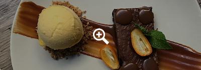 Brownie de chocolate com caramelo salgado, avelã e sorvete de clementina.
